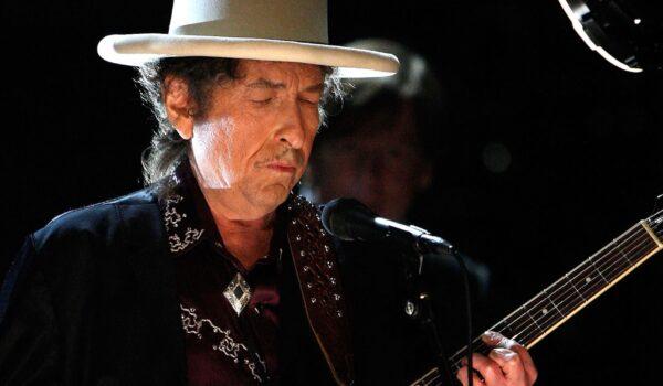 Americanul Bob Dylan, în fruntea clasamentului britanic al albumelor