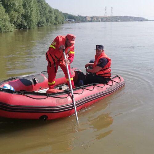 Descoperire macabră pe braţul Borcea, duminică, 5 iulie. Cadavrul unui bărbat, care a fost văzut plutind pe apă, a fost recuperat de pompieri, în zona localităţii Borduşani. Tot duminică, în zona localităţii Alexeni, un alt cadavru, aflat în stare de descompunere, a fost scos de militari din râul Ialomiţa.
